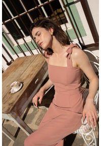 Różowa sukienka wizytowa MOE prosta, na ramiączkach