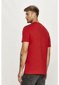 Czerwony t-shirt Guess Jeans z nadrukiem, z okrągłym kołnierzem