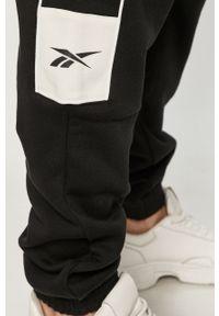 Czarne spodnie dresowe Reebok Classic z aplikacjami