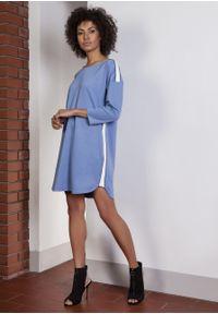 e-margeritka - Sukienka casual z lampasami niebieska - 38. Okazja: na co dzień. Kolor: niebieski. Materiał: nylon, wiskoza, materiał, włókno, poliester. Wzór: jednolity. Sezon: lato, wiosna. Typ sukienki: proste. Styl: casual. Długość: mini