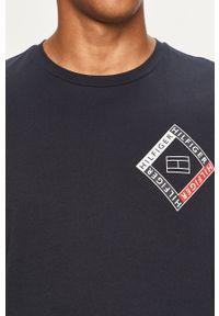 Niebieski t-shirt TOMMY HILFIGER casualowy, z nadrukiem