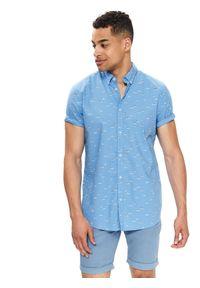 TOP SECRET - Koszula z nadrukiem dopasowana. Okazja: na co dzień. Kolor: niebieski. Długość rękawa: krótki rękaw. Długość: krótkie. Wzór: nadruk. Sezon: lato, wiosna. Styl: casual