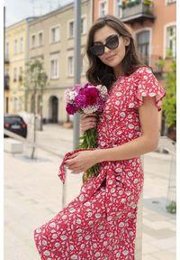 Lanti - Kopertowa Sukienka z Asymetrycznym Dołem - Kwiaty. Materiał: poliester. Wzór: kwiaty. Typ sukienki: asymetryczne, kopertowe