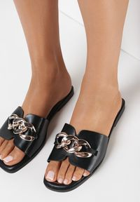 Born2be - Czarne Klapki Gwelloela. Nosek buta: otwarty. Kolor: czarny. Materiał: skóra ekologiczna. Wzór: aplikacja. Obcas: na obcasie