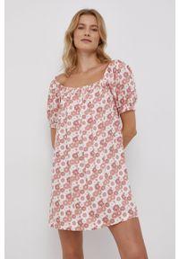 Volcom - Sukienka. Okazja: na co dzień. Kolor: różowy. Materiał: tkanina. Długość rękawa: krótki rękaw. Typ sukienki: proste. Styl: casual