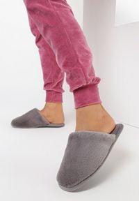 Born2be - Szare Kapcie Grynania. Nosek buta: okrągły. Kolor: szary. Materiał: welur, futro, materiał. Szerokość cholewki: normalna. Obcas: na płaskiej podeszwie