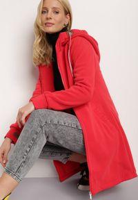 Renee - Czerwona Bluza Trypheris. Kolor: czerwony. Materiał: dzianina, polar. Długość rękawa: długi rękaw. Długość: długie. Wzór: aplikacja