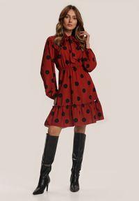 Renee - Łososiowa Sukienka Fullshot. Typ kołnierza: kokarda, kołnierzyk stójkowy. Kolor: różowy. Wzór: kropki. Styl: retro. Długość: mini