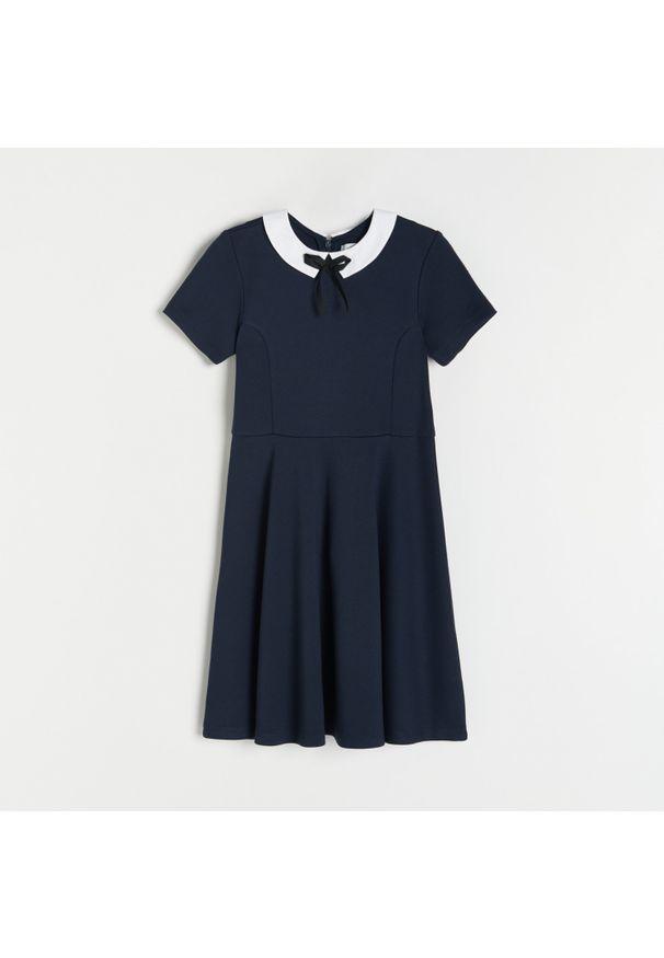 Reserved - Sukienka z kołnierzykiem - Granatowy. Kolor: niebieski