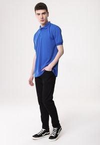 Born2be - Niebieska Koszulka Gladdening. Typ kołnierza: polo. Kolor: niebieski. Materiał: dzianina. Długość rękawa: krótki rękaw. Długość: krótkie. Wzór: gładki