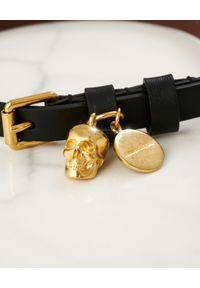 Alexander McQueen - ALEXANDER MCQUEEN - Czarna bransoletka ze skóry. Materiał: metalowe, złote. Kolor: czarny