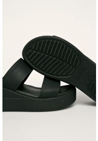 Czarne klapki Crocs na koturnie, na średnim obcasie, gładkie