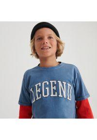 Reserved - T-shirt z napisem - Niebieski. Kolor: niebieski. Wzór: napisy