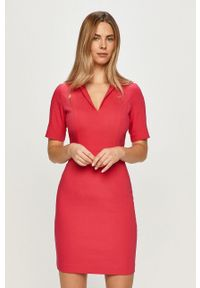 Różowa sukienka Morgan z krótkim rękawem, prosta, na spotkanie biznesowe