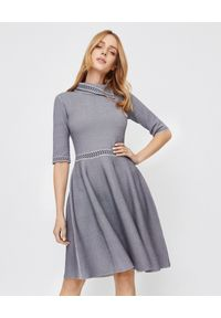 Emporio Armani - EMPORIO ARMANI - Sukienka mini we wzory. Kolor: szary. Materiał: materiał. Typ sukienki: rozkloszowane, kopertowe. Długość: mini