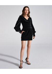 LA MANIA - Aksamitna sukienka Delano. Kolor: czarny. Typ sukienki: kopertowe. Styl: wizytowy. Długość: mini #4