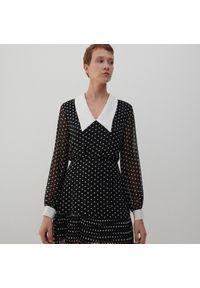 Reserved - Sukienka z dużym kołnierzem - Czarny. Kolor: czarny