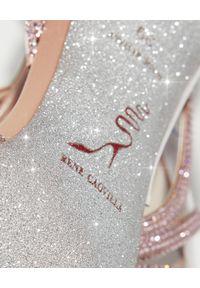 RENE CAOVILLA - Różowe sandały na szpilce. Zapięcie: pasek. Kolor: różowy, wielokolorowy, fioletowy. Wzór: paski, aplikacja. Obcas: na szpilce. Wysokość obcasa: średni #4
