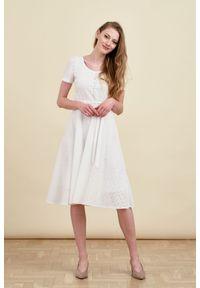 Marie Zélie - Sukienka Rosa haft biały 38 biały. Typ kołnierza: kokarda. Kolor: biały. Materiał: bawełna, skóra, materiał. Długość rękawa: krótki rękaw. Wzór: haft. Długość: midi