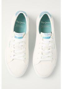 Białe tenisówki Pepe Jeans z okrągłym noskiem, na sznurówki, z cholewką, na obcasie