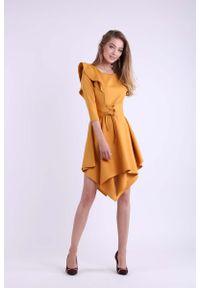 Nommo - Kamelowa Asymetryczna Sukienka Wizytowa ze Sznurowanym Paskiem. Materiał: wiskoza, poliester. Typ sukienki: asymetryczne. Styl: wizytowy