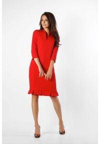 Nommo - Czerwona Ołówkowa Sukienka z Ciekawym Dołem. Kolor: czerwony. Materiał: wiskoza, poliester. Typ sukienki: ołówkowe
