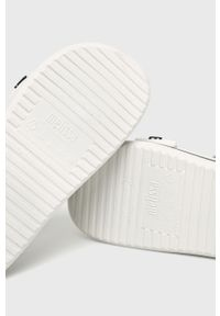 Białe sandały melissa na klamry