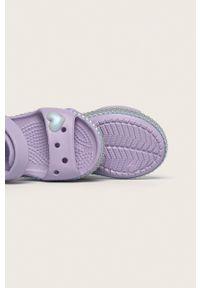 Fioletowe sandały Crocs gładkie, na średnim obcasie, na rzepy, na obcasie