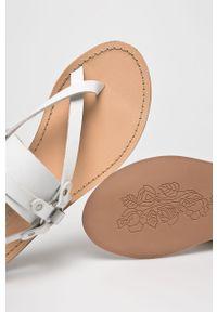Białe sandały Steve Madden na klamry