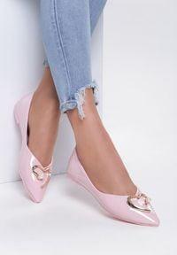 Renee - Różowe Balerinki Galaxy Defenders. Nosek buta: szpiczasty. Zapięcie: bez zapięcia. Kolor: różowy. Materiał: lakier, materiał. Obcas: na obcasie. Wysokość obcasa: niski