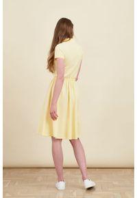 Marie Zélie - Sukienka Polo z gumką jasnożółta krótki rękaw. Okazja: na co dzień, do pracy. Typ kołnierza: polo. Kolor: żółty. Materiał: materiał, dzianina, bawełna. Długość rękawa: krótki rękaw. Typ sukienki: proste, sportowe. Styl: wakacyjny, sportowy, casual, klasyczny