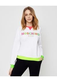 MOSCHINO - Biała bluza z logo. Okazja: na co dzień. Kolor: biały. Materiał: bawełna. Wzór: kolorowy, aplikacja. Styl: sportowy, casual