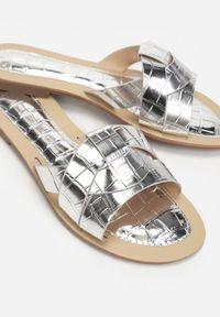 Renee - Srebrne Klapki Tharaseseus. Nosek buta: okrągły. Kolor: srebrny. Materiał: skóra. Wzór: motyw zwierzęcy, aplikacja. Obcas: na płaskiej podeszwie