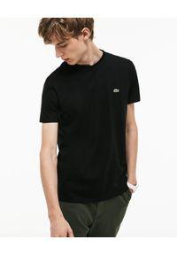 Lacoste - LACOSTE - Czarny t-shirt z logo Regular Fit. Okazja: na co dzień. Kolor: czarny. Materiał: bawełna, jeans. Wzór: haft. Styl: casual