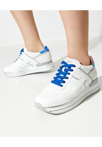 Hogan - HOGAN - Białe sneakersy na platformie Midi H222. Okazja: na co dzień. Zapięcie: pasek. Kolor: biały. Materiał: guma. Wzór: aplikacja. Sezon: lato. Obcas: na platformie