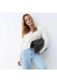 Mohito - Sweter z ozdobnymi guzikami - Kremowy. Kolor: kremowy