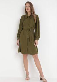 Born2be - Ciemnozielona Sukienka Chelneh. Typ kołnierza: kokarda. Kolor: zielony. Materiał: materiał. Długość rękawa: długi rękaw. Typ sukienki: koszulowe. Styl: elegancki. Długość: midi