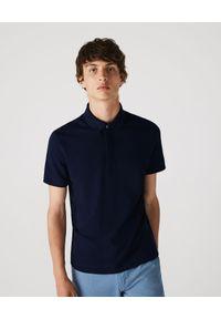 Lacoste - LACOSTE - Granatowy t-shirt polo z bawełnianej piki Regular Fit. Okazja: do pracy, na spotkanie biznesowe. Typ kołnierza: polo. Kolor: niebieski. Materiał: bawełna. Styl: sportowy, biznesowy