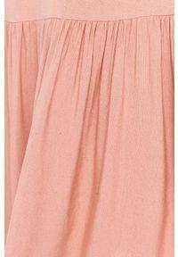 Różowa sukienka Answear Lab na co dzień, z okrągłym kołnierzem, na ramiączkach
