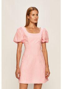 Różowa sukienka Glamorous z krótkim rękawem, casualowa, prosta, na co dzień