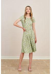 Marie Zélie - Sukienka Emelina Sapidae zielona krótki rękaw. Kolor: zielony. Materiał: wiskoza, dzianina, materiał, elastan, tkanina, guma. Długość rękawa: krótki rękaw. Styl: klasyczny. Długość: midi