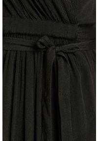 Czarna sukienka Silvian Heach klasyczna, prosta, gładkie, z krótkim rękawem