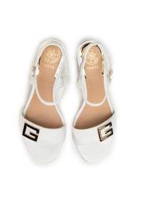 Białe sandały Guess z aplikacjami
