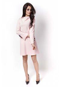 IVON - Różowa Sukienka Wizytowa z Kokardkami na Rękawach. Typ kołnierza: kokarda. Kolor: różowy. Materiał: poliester, elastan. Styl: wizytowy