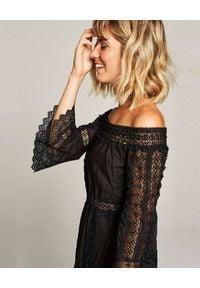 CHARO RUIZ IBIZA - Czarna sukienka z koronką. Okazja: na co dzień. Kolor: czarny. Materiał: koronka. Wzór: koronka. Typ sukienki: proste, z odkrytymi ramionami. Styl: elegancki, casual