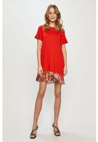 Desigual - Sukienka. Okazja: na co dzień. Kolor: czerwony. Długość rękawa: krótki rękaw. Typ sukienki: proste. Styl: casual