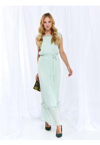 TOP SECRET - Elegancka sukienka z plisami. Kolor: zielony. Materiał: materiał, prążkowany. Długość rękawa: krótki rękaw. Wzór: aplikacja. Sezon: lato, wiosna. Styl: elegancki. Długość: maxi
