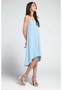 Nommo - Niebieska Swobodna Asymetryczna Sukienka na Wąskich Ramiączkach. Kolor: niebieski. Materiał: wiskoza, poliester. Długość rękawa: na ramiączkach. Wzór: kwiaty. Typ sukienki: asymetryczne