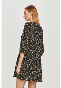 Czarna sukienka Jacqueline de Yong w kwiaty, prosta