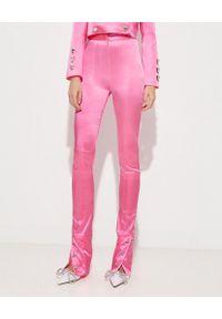 MACH&MACH - Różowe spodnie z kryształowymi guzikami. Okazja: na imprezę. Kolor: różowy, fioletowy, wielokolorowy. Materiał: satyna. Długość: długie. Wzór: aplikacja